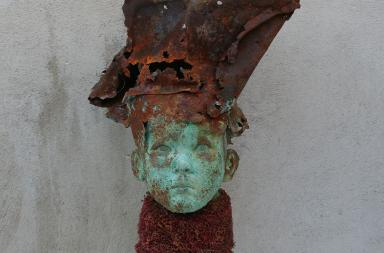 Galerie 21.06., Balkau, Kind mit Blechhut